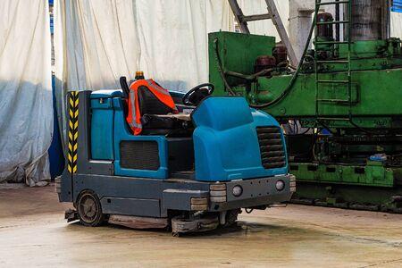 Kehr- und Wasch-Scheuer-Trockner-Wagen in einer Industriebauwerkstatt