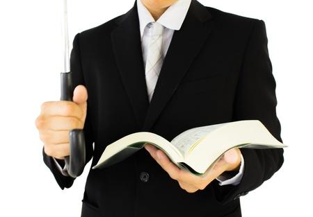 diligente: mano derecha sostiene la manija empresario s paraguas, y tiene un libro en la mano izquierda