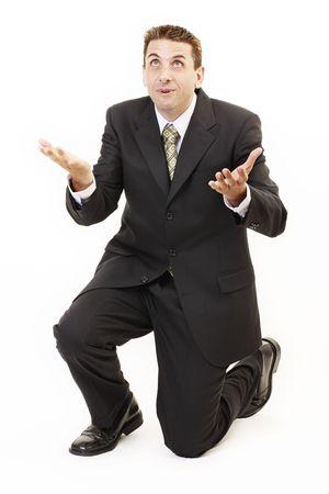 ひざまずく: ビジネスマンはひざまずいて祈る