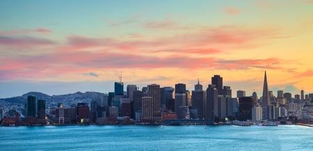 夕暮れ時に San Francisco HDR パノラマ。 写真素材