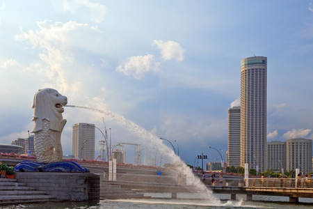 merlion: Singapore merlion statue and skyline