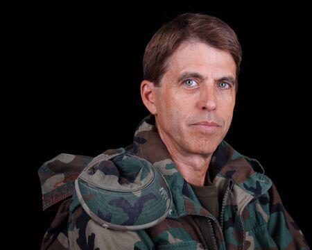 安静時の中間老化させた陸軍のベテランのクローズ アップの肖像画。