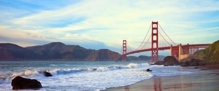 superficie: Golden Gate Bridge al atardecer visto desde Marshall Beach, San Francisco. Foto de archivo