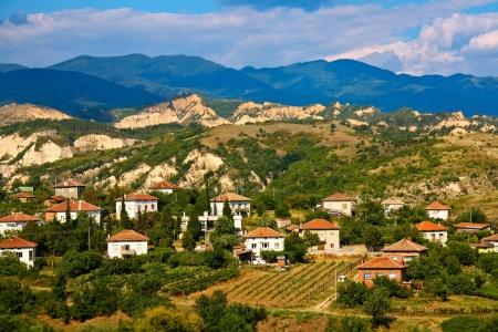 メルニク、ブルガリアのワイン産地の村のシーン。 写真素材