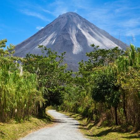 、コスタリカのアレナル火山の積極的な側面につながる未舗装の道路