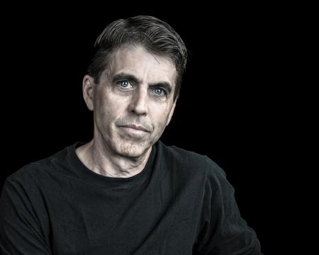 Portret van een knappe man op zwarte achtergrond.
