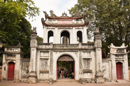 ハノイ、ベトナムの文献の寺院にゲート。 写真素材
