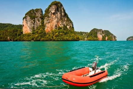 Dinghy dragged behind a sailboat in Ao Phang Nga, Thailand. Imagens