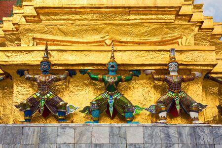 Colorful demon statues at Grand Palace in Bangkok, Thailand. Imagens - 15443641