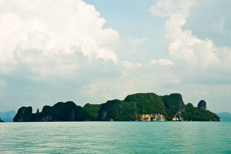 Karst islands in the Andaman Sea, Thailand. Imagens