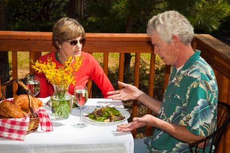 mujer decepcionada: Hombre de mediana edad no es feliz con la ensalada que nos sirvieron en un caf� al aire libre.