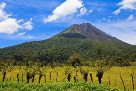 両方のアクティブおよび非アクティブ側、コスタリカのアレナル火山のビュー。 写真素材