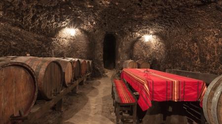 Wijnkelder met tafel en banken in Melnik, Bulgarije.