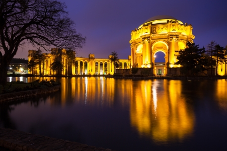 Palace of Fine Arts Museum at night in San Francisco, California. 報道画像