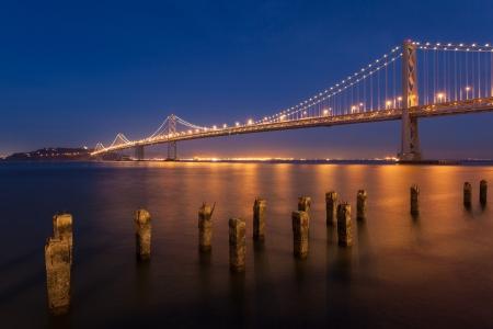 isla del tesoro: Vista nocturna del puente de la bahía entre San Francisco y la Isla del Tesoro. Foto de archivo