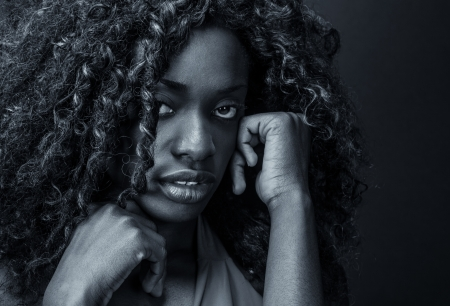 cara triste: Retrato de una ni�a de negro asustado o deprimido.