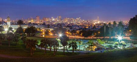 ミッション地区のドローレ スパークから夜のダウンタウン サン Francisco の眺め。
