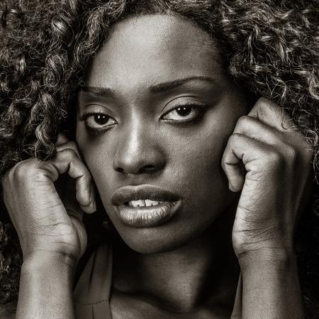 무서 워 또는 우울 흑인 여성의 초상화입니다.