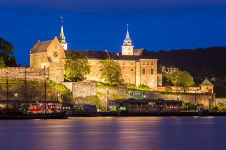 castillos: Fortaleza de Akershus y el castillo en la noche en Oslo, Noruega.