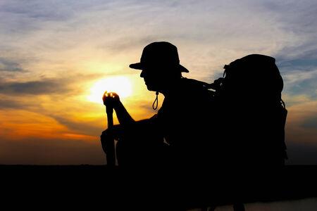 desencadenar: Silueta y rayos de sol de Hunter a trav�s de disparo en la hermosa puesta de sol