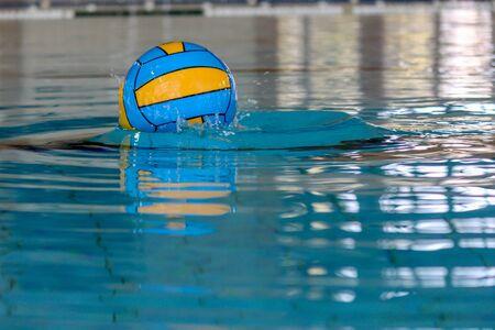 waterpolo: pelota de waterpolo en una piscina