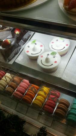 Отображение различных тортов и десертов в магазине