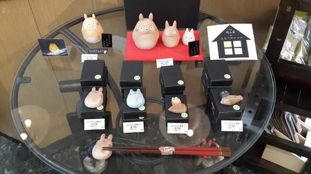 14 марта 2015 - Симпатичные Тоторо держатели палочек в местном магазине в Киото Японии Редакционное
