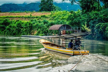 Kwai Noi River, Kanchanaburi, Thailand에있는 예인선 스톡 콘텐츠