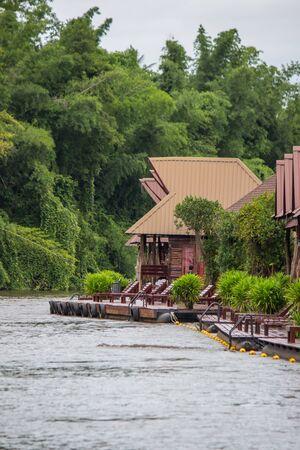 아늑한 분위기와 Kwai 노이 강, Sai Yok, 깐 차나 부리 주, 태국와 자연 터치. 아름 다운 뗏목 집.