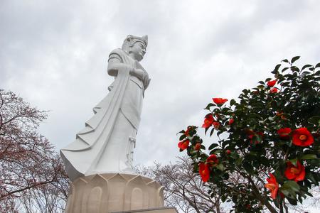 船岡城遺跡公園、柴田、東北、日本の山頂に船岡平和観音と桜の木。