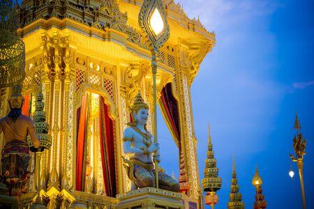 Exhibition on royal cremation ceremony of His Majesty King Bhumibol Adulyadej,Sanam Luang Ceremonial Ground,Bangkok,Thailand on November7,2017:Kneeling deities carrying fan-shaped regalia at Royal Crematorium 新聞圖片