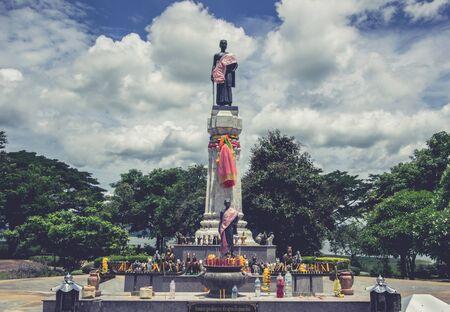 Thao Suranari 공원, 금지 농 사라이, 박 종, 나콘 랏, 태국에서 비문 Suranari 동상. 비 영어 텍스트 숭배 단어를 의미합니다. 스톡 콘텐츠 - 96498270
