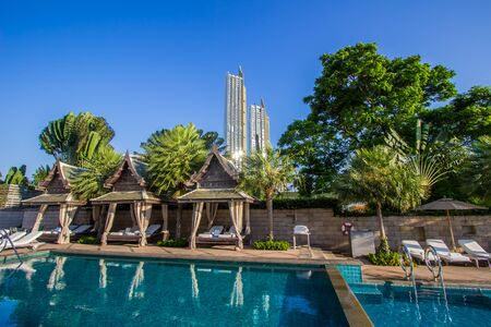 Bangkok, Thailand - February 18, 2019 : Swimming pool of The Peninsula Bangkok Hotel with two residential condominium buildings of ICONSIAM in the distance. 新聞圖片