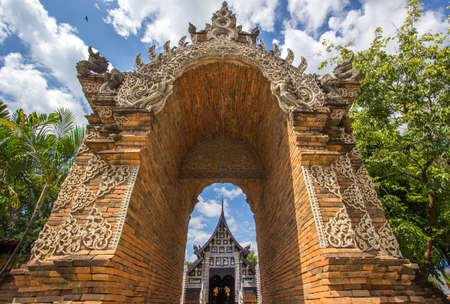 Chiang Mai,Northern Thailand on September15,2019:Beautiful entrance arch leading to viharn(assembly hall) of Wat Lok Moli (Wat Lok Molee). 에디토리얼