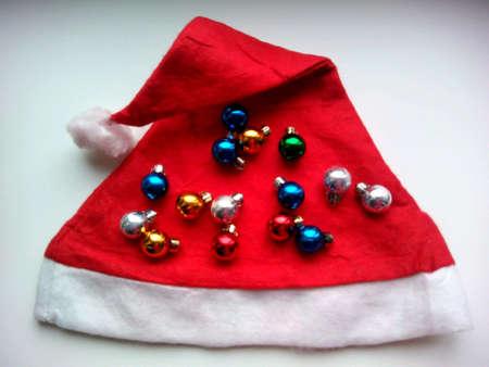 cappello natale: Cappello di Natale e palle su un bianco