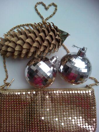 pomme de pin: C�ne de pin et sac � main brillant Banque d'images