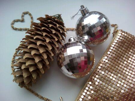 pomme de pin: C�ne de pin, des boules de No�l et sac � main brillant Banque d'images