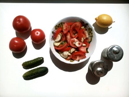 vegetable cook: Insalata di verdure cucinare su un bianco