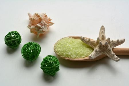 Baño de sal de mar verde Spa en cuchara de madera y concha