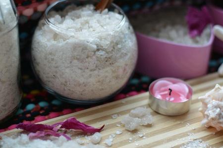 Spa sea salt bath and candle table background Foto de archivo