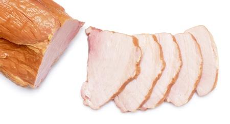 carne de pollo: carne de pechuga salchicha ahumada rodajas de cerca aislado en blanco