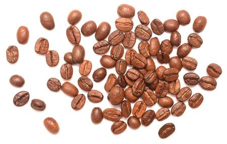 granos de cafe: los granos de café aislados en fondo blanco  Foto de archivo