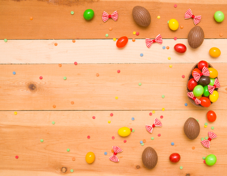 Easter chocolate eggs on a wooden background Imagens