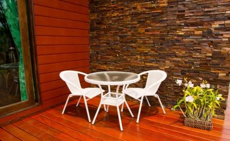 mesa y sillas en el patio