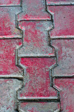 Nahaufnahme des Musters einer roten Ziegeln gepflasterten Gehweg.