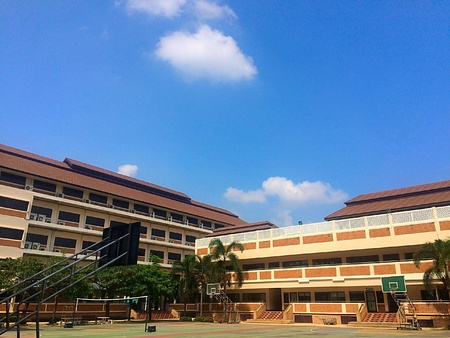 the school building: Edificio de la escuela y cancha de baloncesto delante Foto de archivo