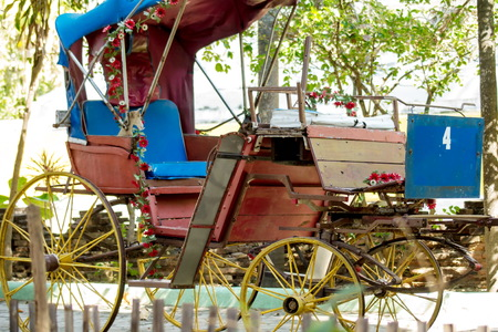 The old carriages are worn out and can not be used.