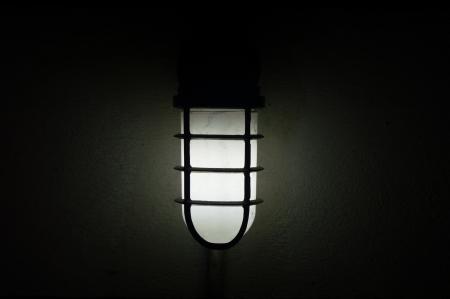 Lampe in der Dunkelheit Lizenzfreie Bilder