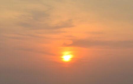 Sonnenuntergang am Horizont am Strand Hintergrund Lizenzfreie Bilder