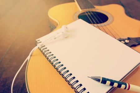 Notebook und h�lzerne Bleistift an der Gitarre, Musik zu schreiben gefiltert Wirkung